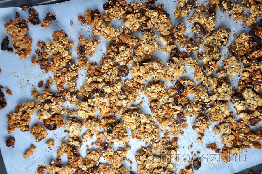 Egészséges Házi Készítésű Granola (Müzli) Zabpehelyből, Hajdinából és Quinoából