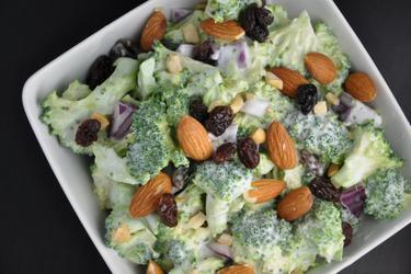 Egészséges Brokkoli Saláta Mazsolával és Mandulával