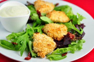 Egyszerű sült csirkemell nuggets joghurt kéregben
