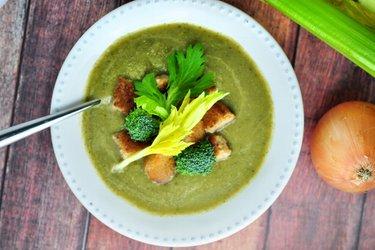Egyszerű zeller-brokkoli krémleves