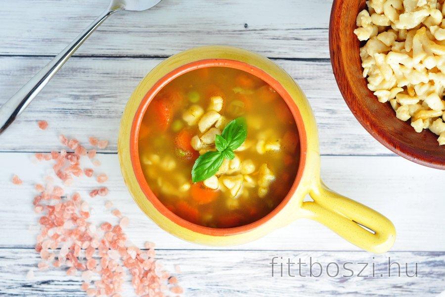 Egészséges leves sárgarépával, borsóval és csicseriborsó gnocchival