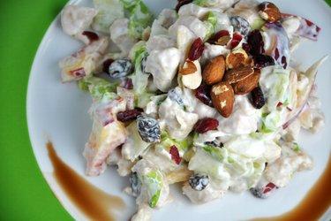 Ízletes gyümölcsös-csirkés saláta