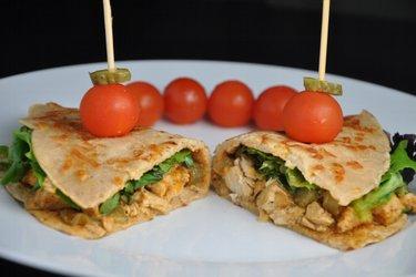 Egészséges Csirke Stroganoff Házi Készítésű, Teljes Kiőrlésű Tortillában
