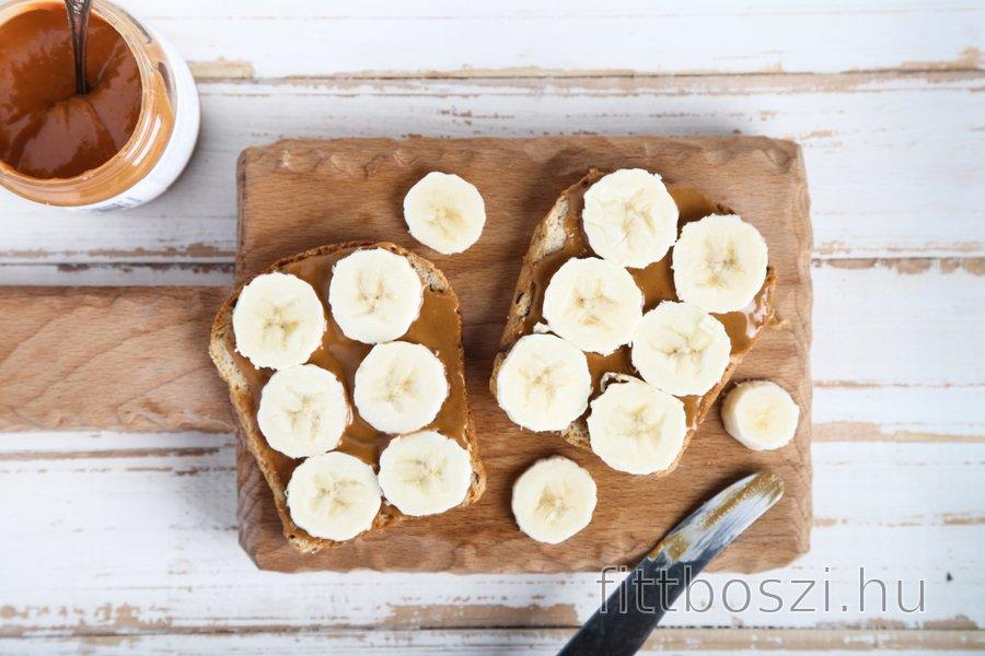 Teljes kiőrlésű pirítós banánnal és mogyoróvajjal