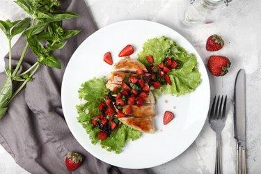 Egyszerű grillezett csirkemell bazsalikommal és eperrel