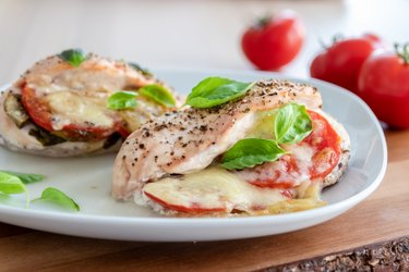 """Sült csirkemell """"Caprese"""" paradicsommal, bazsalikommal és mozzarellával"""